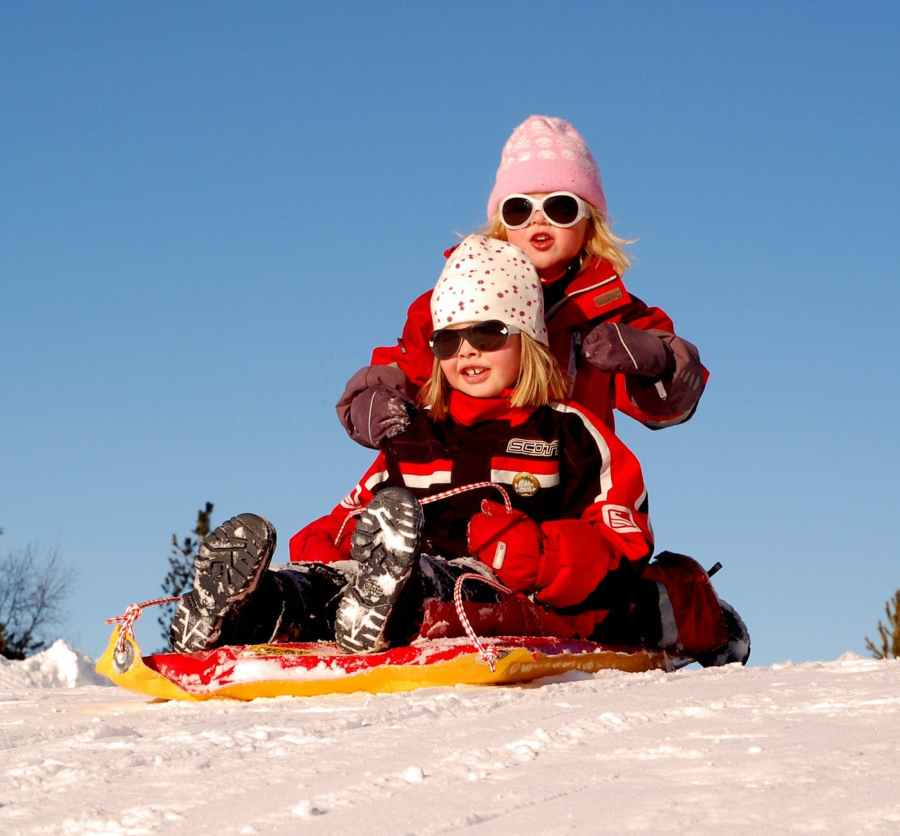 sweden-children-girls-sled-70448
